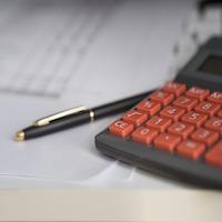 rekenmachine met pen voor boekhouder