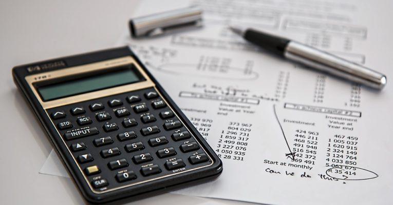 administratie met rekenmachine