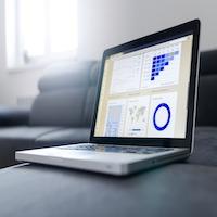 laptop met grafieken