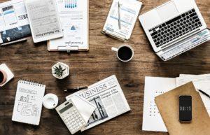 papieren en laptop op tafel